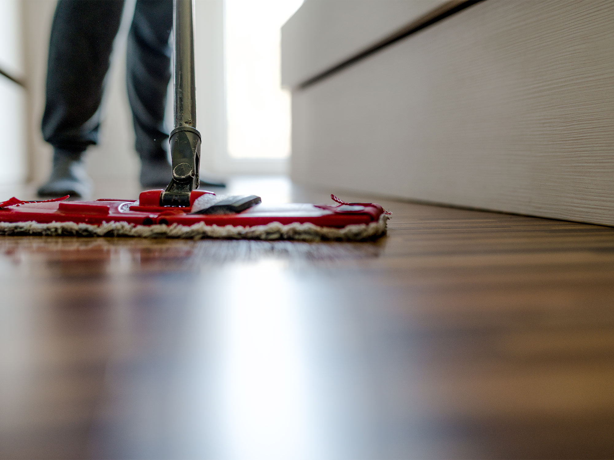 mopping-wooden-floorboards_2000x1500